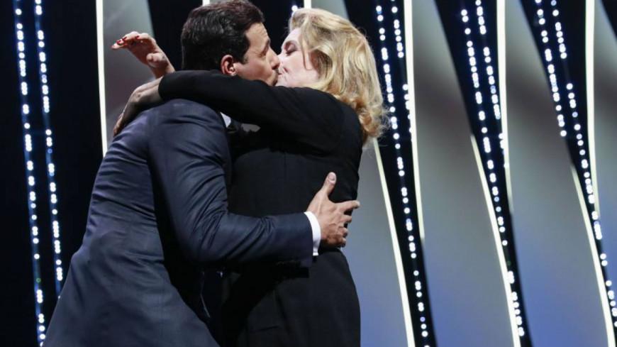 Catherine Deneuve embrasse Laurent Lafitte sur scène (Vidéo) !