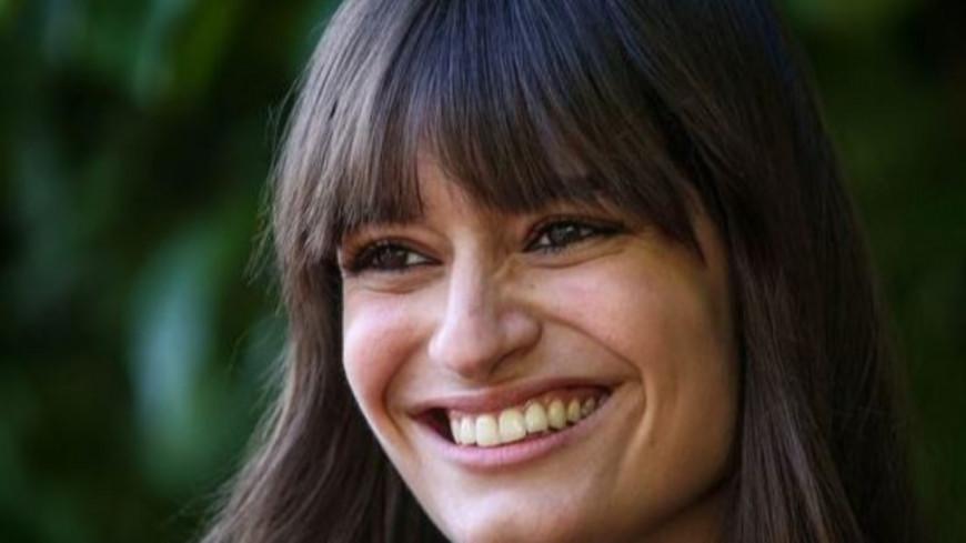 """Clara Luciani est """"amoureuse"""" d'un présentateur télé très connu !"""