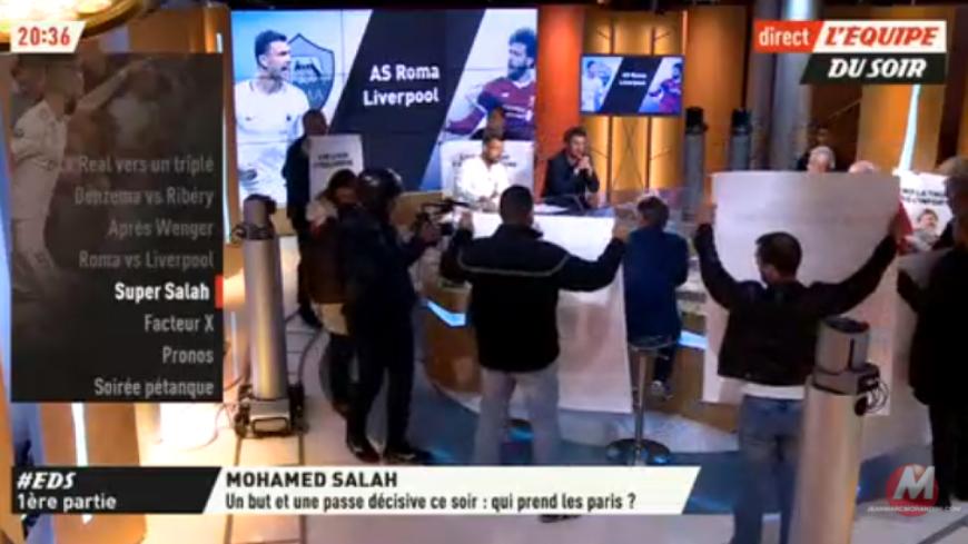 Le plateau de l'Equipe TV envahit par des manifestants en plein direct