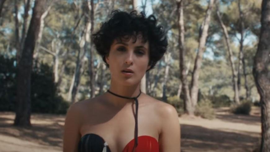 """Barbara Pravi """"Saute"""" dans son dernier clip"""